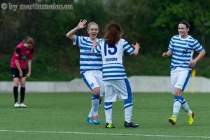 Die Kleinste ist die Größte - Kapitänin gratuliert Ceyda Kötek zum entscheidenden 3:0 gegen die SGS Essen