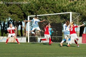 Out of reach - Lara Hess(MSV) erzielt in der 5. Minute des Endspiels per Kopf das 2:0 für die Zebras