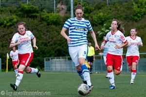 Nette Eskorte - Sarah Schmitz(MSV) erzielte kurz nach der Pause den wichtigen 1:1 Ausgleich