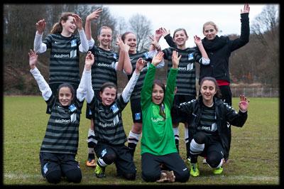 Gruppenbild mit Dame - Die MSV U13 feiert mit der neuen Trainerin Franzi Göbel den Viertelfinaleinzug im Niederrheinpokal