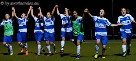 Grund zum Feiern - Die MSV Mädchen freuen sich über den 3:2 Sieg gegen den VfL Bochum