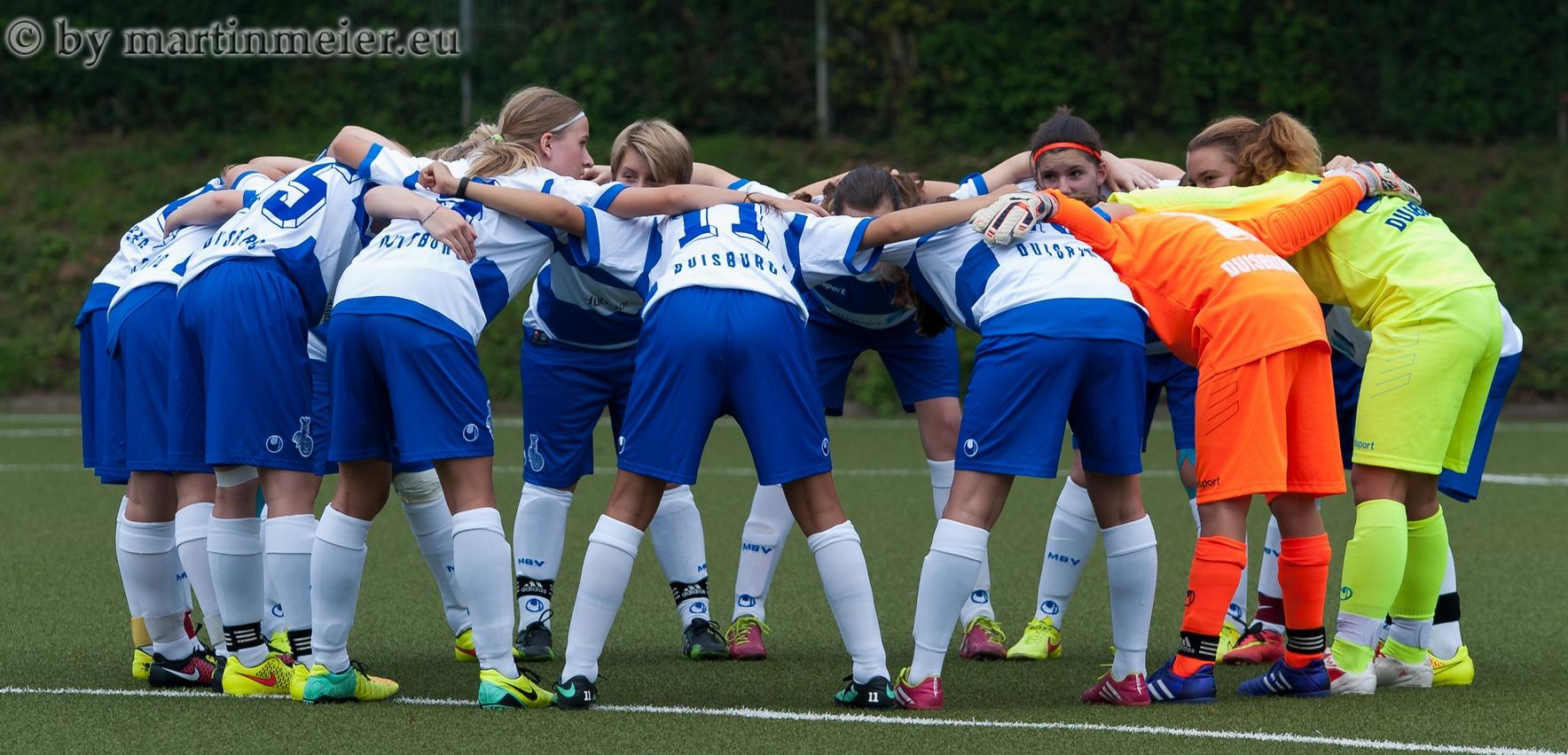 Stehen zusammen - Die U15 Mädchen lieferten gegen die SVG Neuss-Weissenberg ein Riesen-Comback ab und drehten eine verloren geglaubte Partie