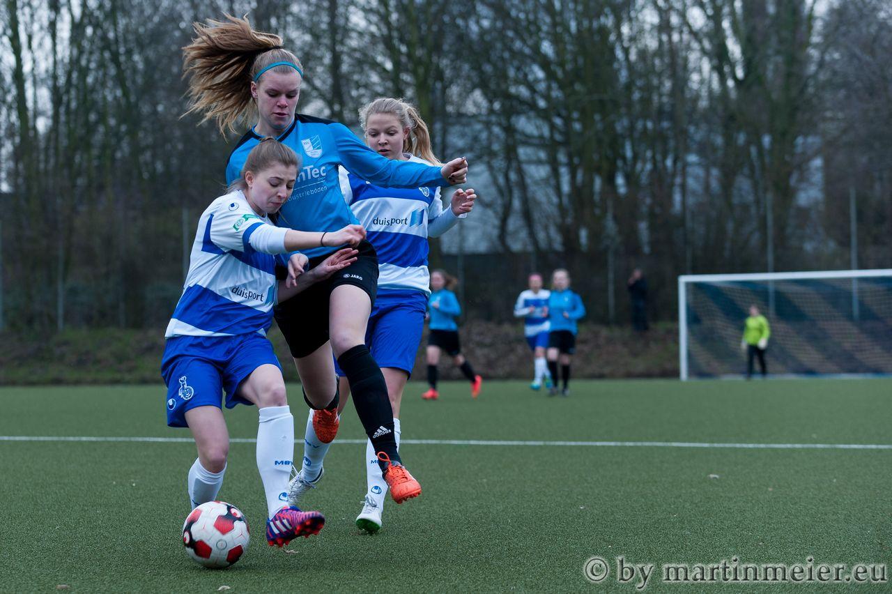 Spitzenspiel - In der ersten Halbzeit schenkten sich die Teams aus Duisburg und Bocholt keinen Quadratzentimeter