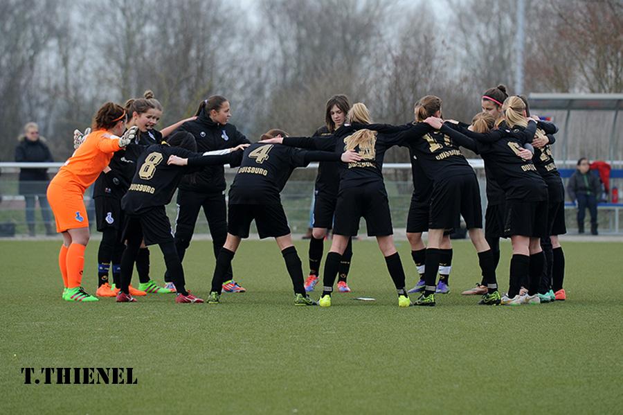 Für Jockel - Die U16 Mädels schwören sich vor dem Spiel in Kempen aufeinander ein. In der Mitte des Spielerkreises ein Foto des verstorbenen Torwarttrainers