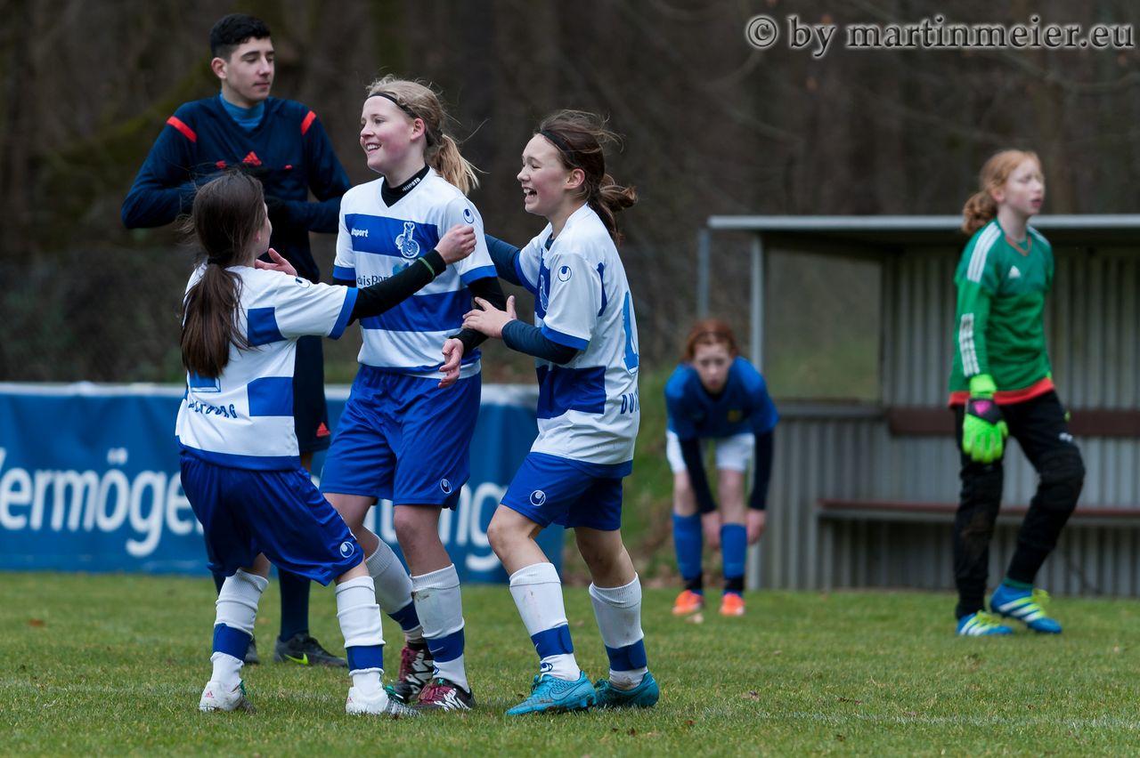 Gut gemacht, Große - Lara Kindac und Lucy Karwatzki gratulieren Tamina Gähler zum Siegtreffer gegen den 1. FC Saarbrücken