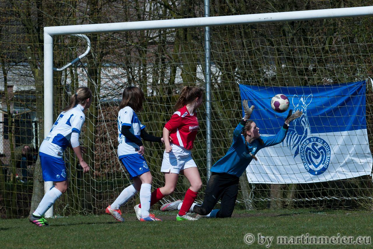 Rein das Ding - Leonie Jäger(MSV) trifft gegen den West Beemster SV zum zwischenzeitlichen 2:0
