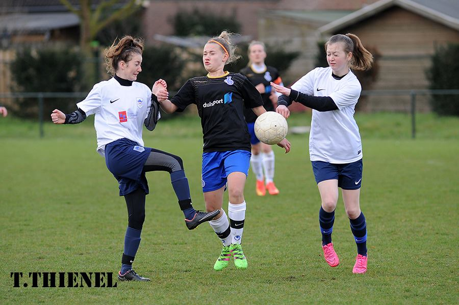 Ab durch die Mitte - Michelle Sinz(MSV) gelangen gegen die Bonnyrigg Rose Girls drei Treffer