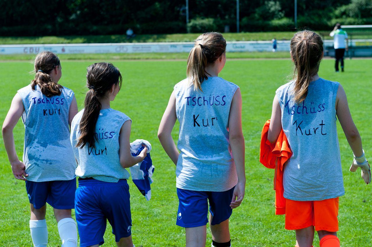 Tschüss Kurt - Nach Spielende präsentierten die MSV-Mädels zum Abschied des Trainers selbstgemachte Motto-Shirts