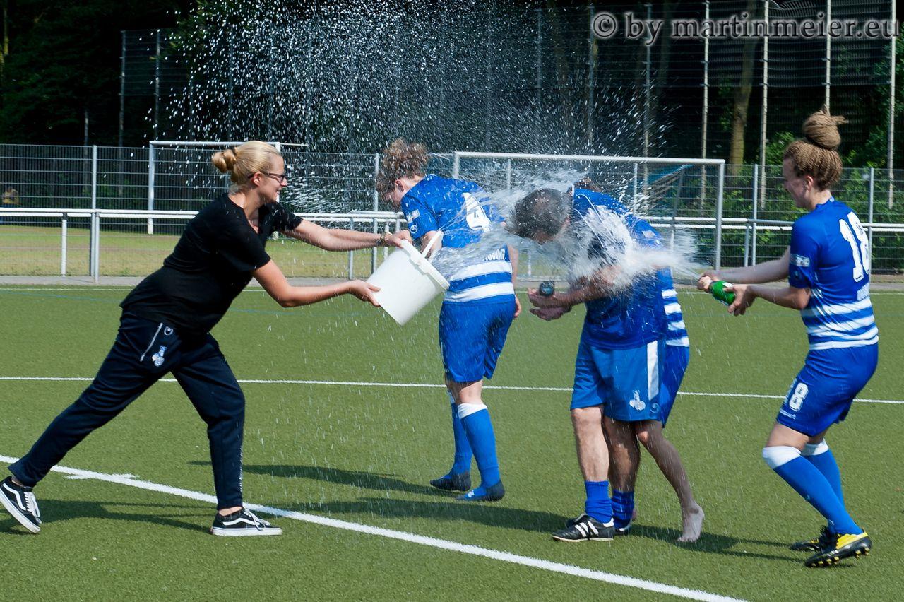 """Erfrischung gefällig? Sueheyla Erdeger, """"Wolle"""" Beyer und Leonie Sacher sorgen bei Coach Friedel Baumann für eine angenehme Abkühlung"""
