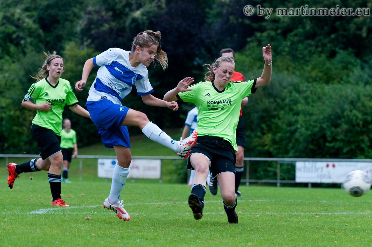 Abgezogen - In einem umkämpften Spiel sicherten sich die Zebras beim SV Rees dank Toren von Inga Drombrowski und Leonie Jäger drei wichtige Auswärtspunkte