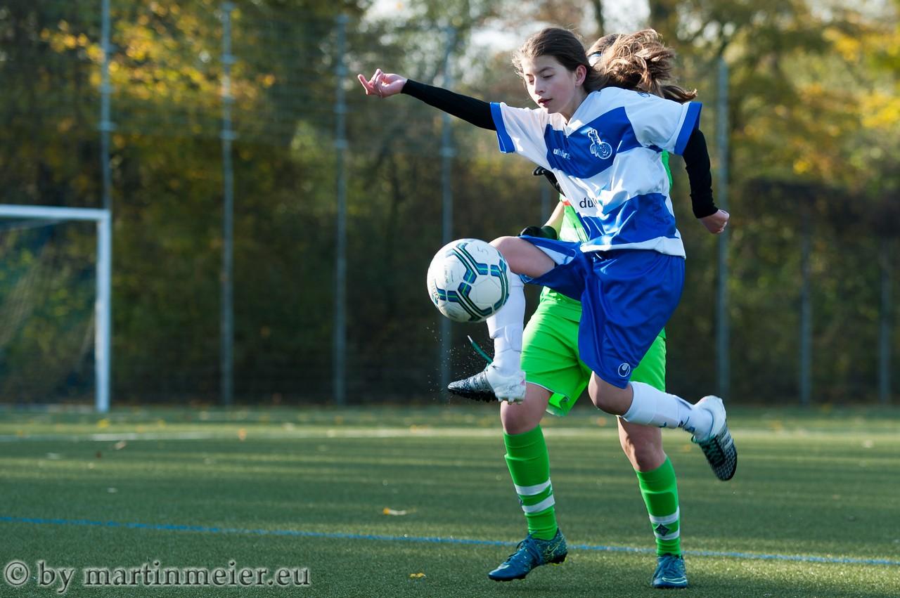 Mit Gefühl - Lara Kindac(MSV) stoppt den Ball im Flug