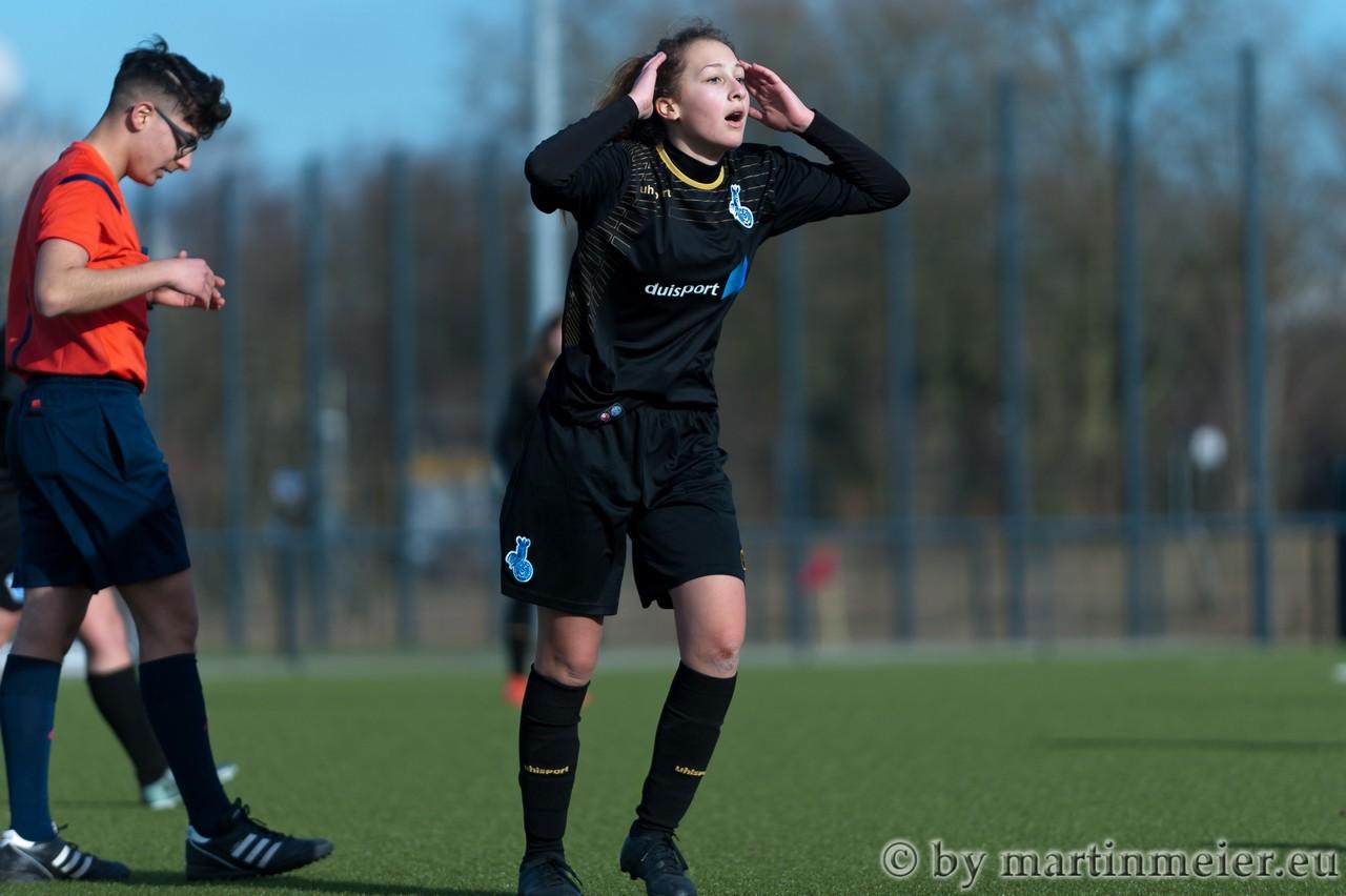Fassungslos - Viele Entscheidungen im Derby zwischen dem GSV Moers und dem MSV Duisburg sorgten für fassungslose Gesichter
