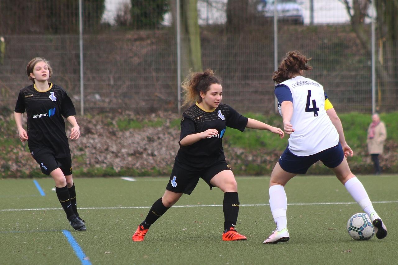 Stehengeblieben! - Reyhan Irevül will ihrer gegenspielerin das Leder abluchsen