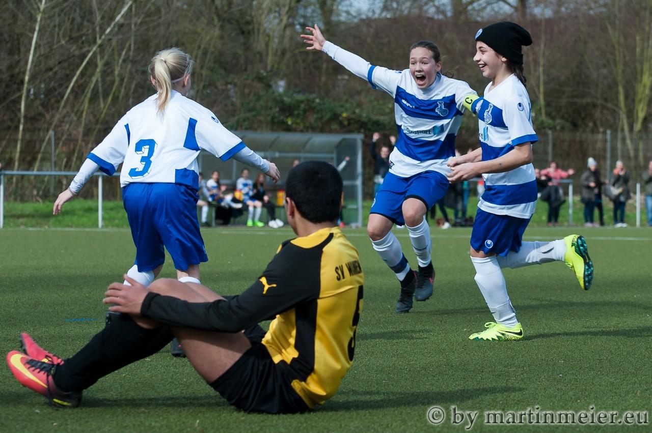 Treffer versenkt - Amelie Breunig(MSV) wird für ihren ersten Ligatreffer gefeiert
