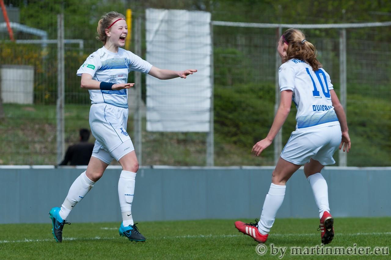 Blau-Weiße Glückseligkeit - Maja Hünnemeyer empfängt Lynn Sommer nach dem Siegtreffer