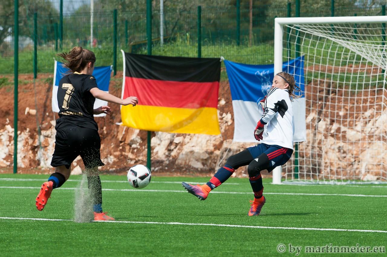 Inga legt nach - Inga Dombrowski überwindet die gegnerische Torhüterin zum 2:0