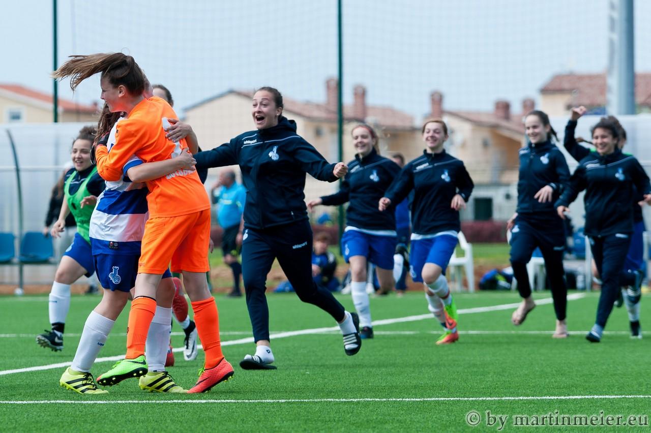 Erleichterung - Die MSV-Mädels feiern nach Spielende den Gruppensieg