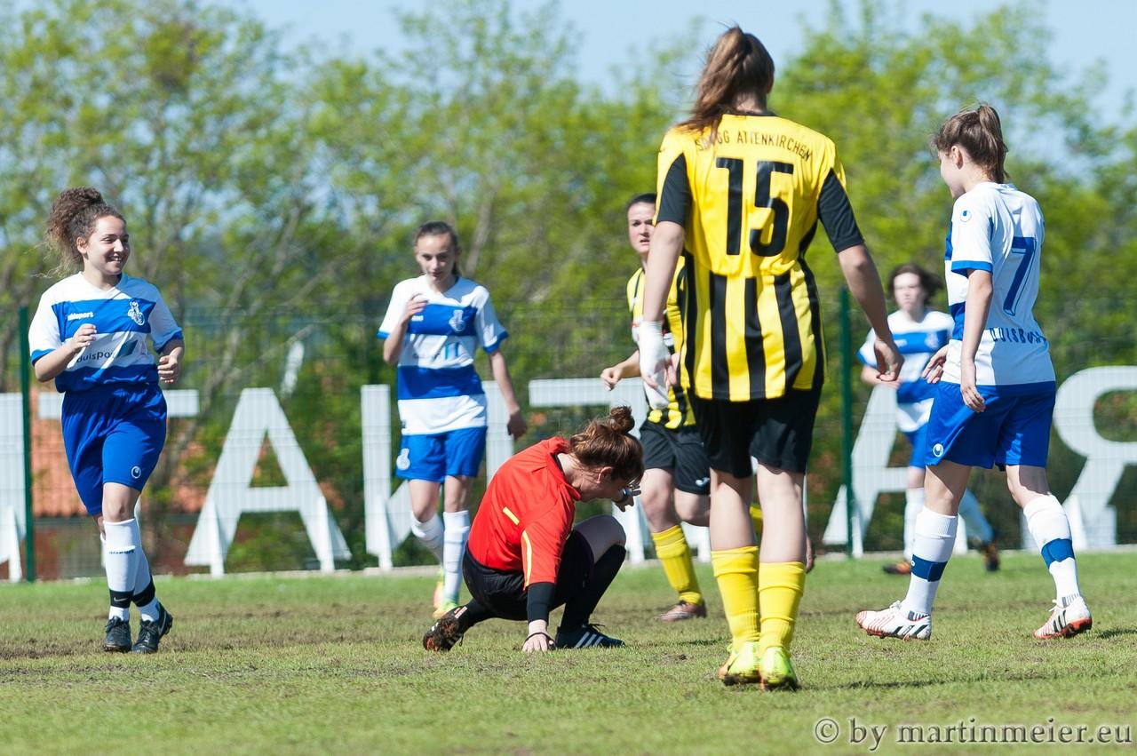 Gegensätze - Die Leistung der Schiedsrichterin im Halbfinale war teilweise bodenlos