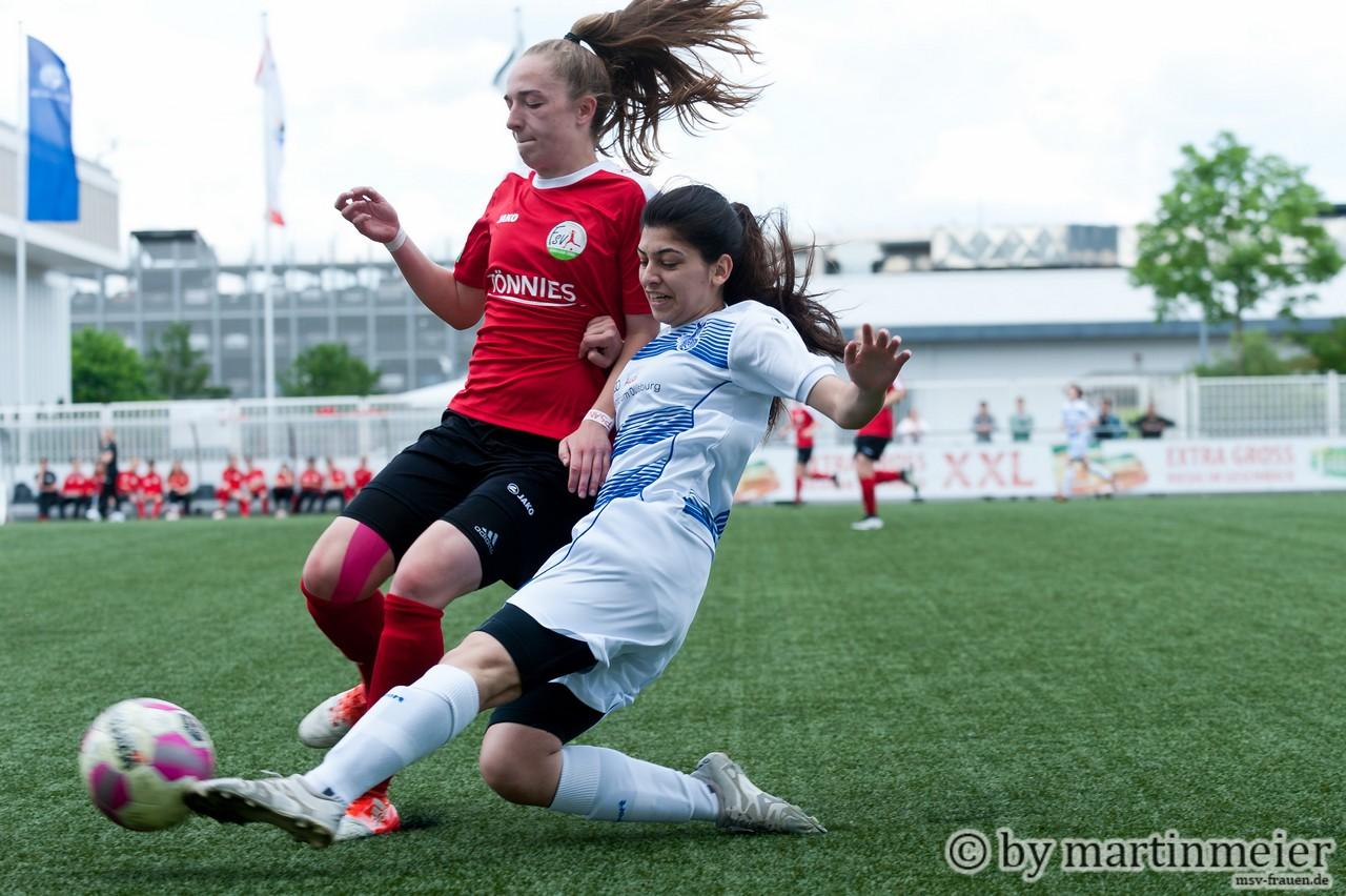 Safety first - Melisa Korkmaz(MSV) klärt energisch gegen Sophia Kleinherne(FSV)