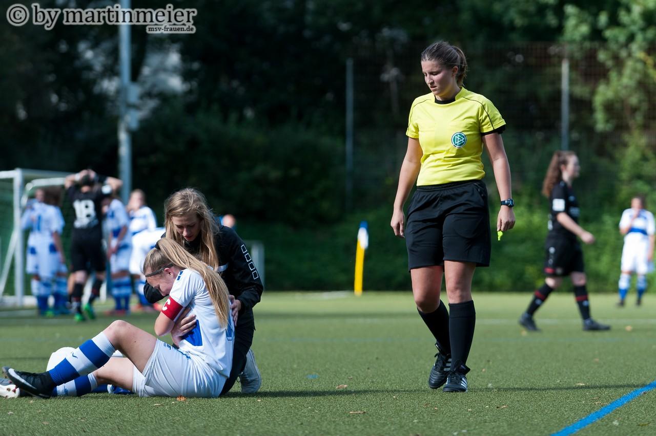 Interessiert nicht - Die Verletzung von Naomi Gottschling schien weder den gegner noch das Schiedsrichtergespann zu interessieren