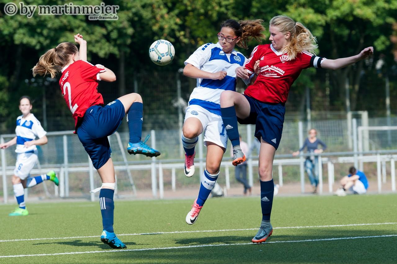 Luftkampf - Sina Plähn(MSV) im Duell mit zwei Gegenspielerinnen
