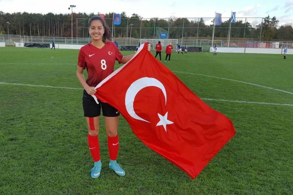 Stolz - Sabiha Uyaner mit der Nationalflagge