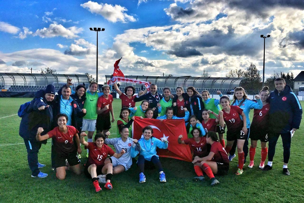 Türkischer Jubel - Die U19 Auswahl der Türkei freut sich über die Qualifikation zur Eliterunde