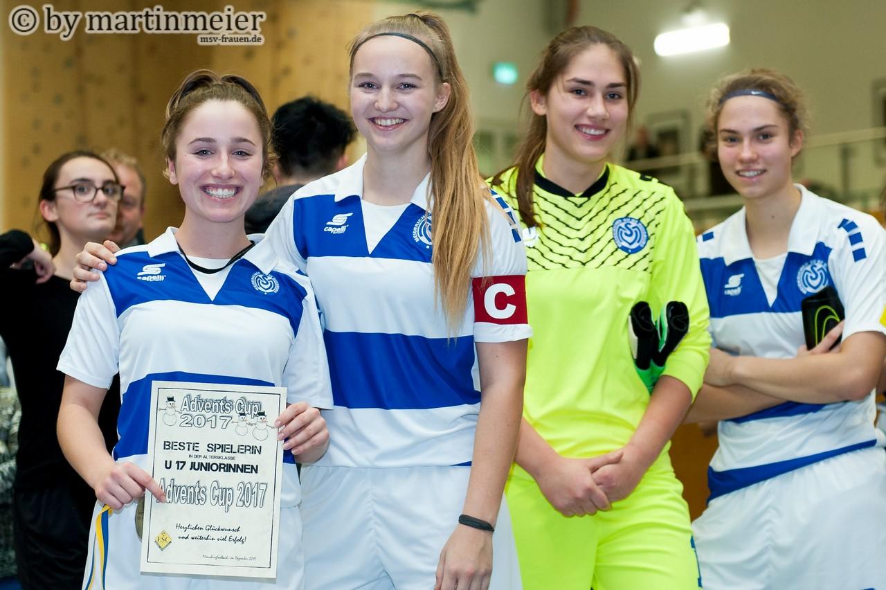 Strahlemännchen - Melisa Esen freut sich mit Naomi Gottschling, Melina Liehr und Nola Wockenfuß über die Auszeichnung für die Spielerin des Turniers