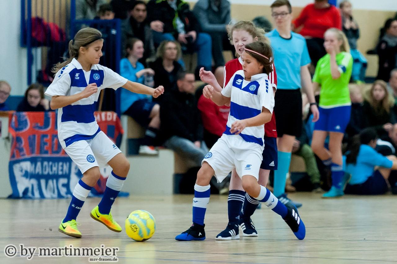 Umkämpfte Partie - Melisa und Ella schirmen den Ball gegen die DJK Rhede ab