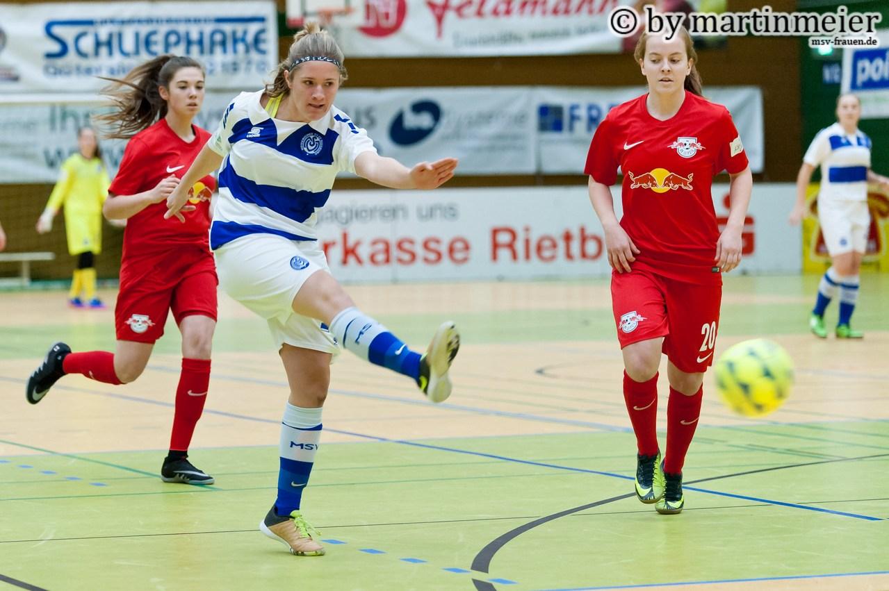 Abgezogen - Joana Hantke(MSV) prüft die Leipziger Keeperin