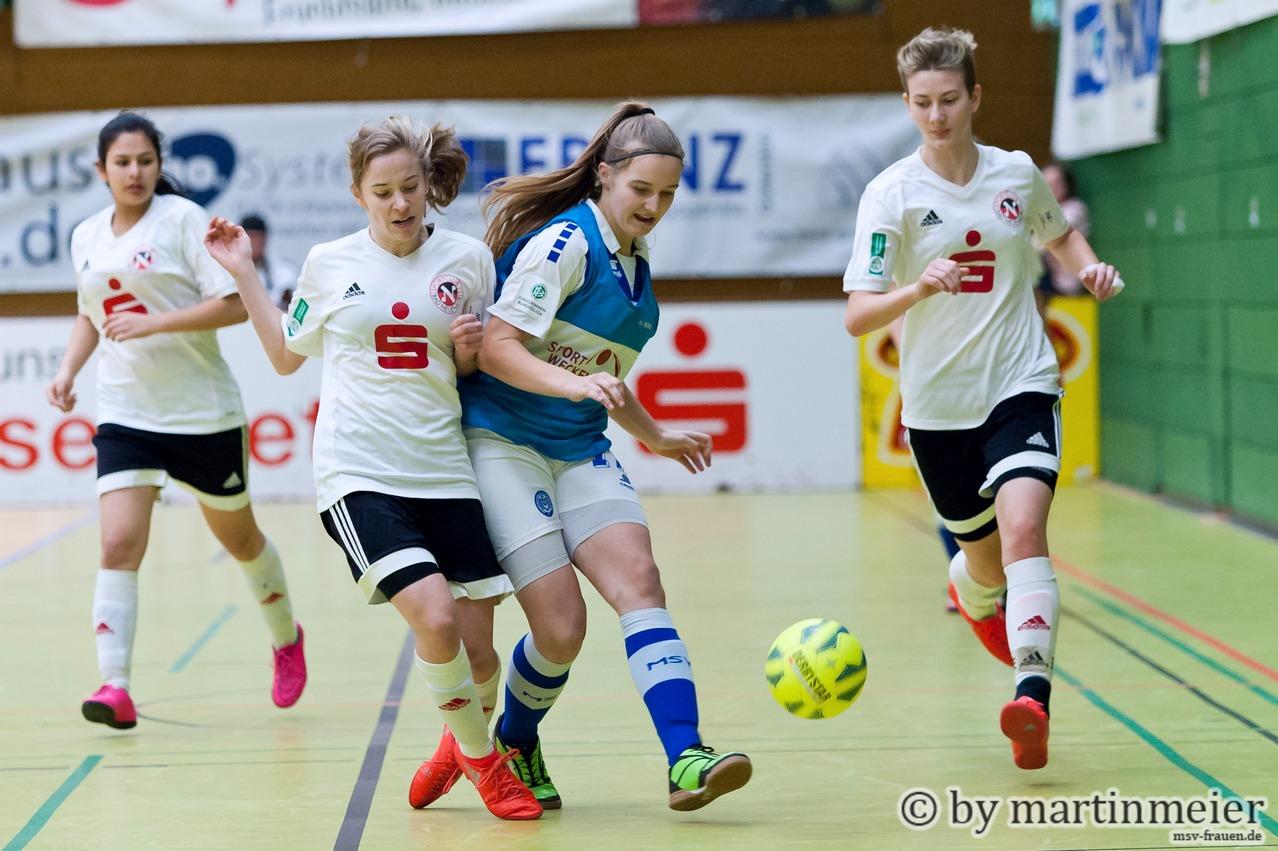 Game over - Wenige Sekunden später wird Naomi Gottschling(MSV) von zwei SC-Spielerinnen zur Strecke gebracht