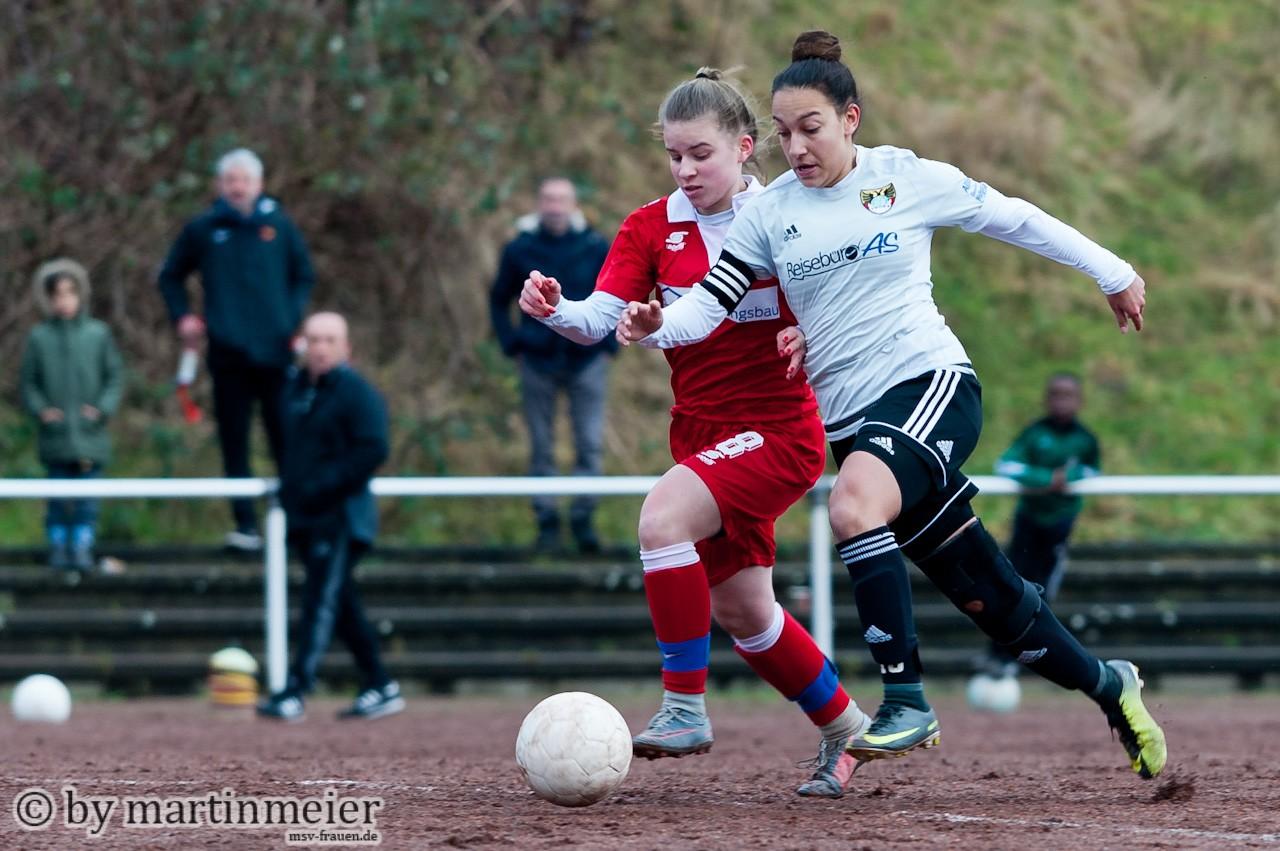 Mächtig - Frauke Kaplon(MSV) im Zweikampf mit ihrer drei jahre älteren Gegenspielerin