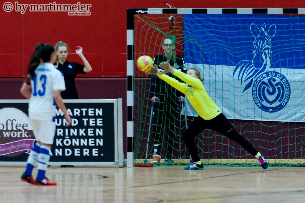 Durchgespitzelt - Sophia schiebt den Ball an der Borussia-Keeperin zum 2:0 vorbei