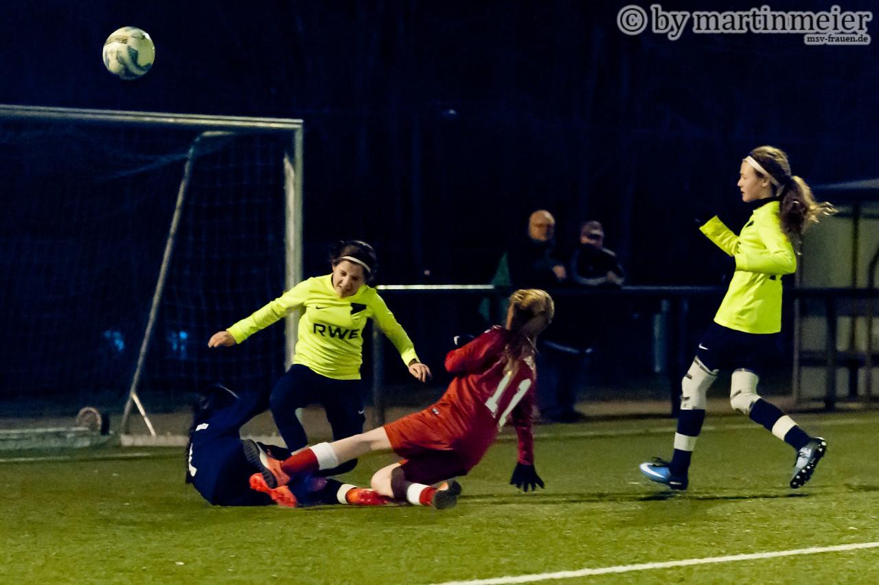 Der Pfiff blieb aus - Die FC-Keeperin grätscht die auf sie zulaufende MSV-Stürmerin Ashley mit gestreckten Beinen um, der Pfiff blieb hier allerdings aus