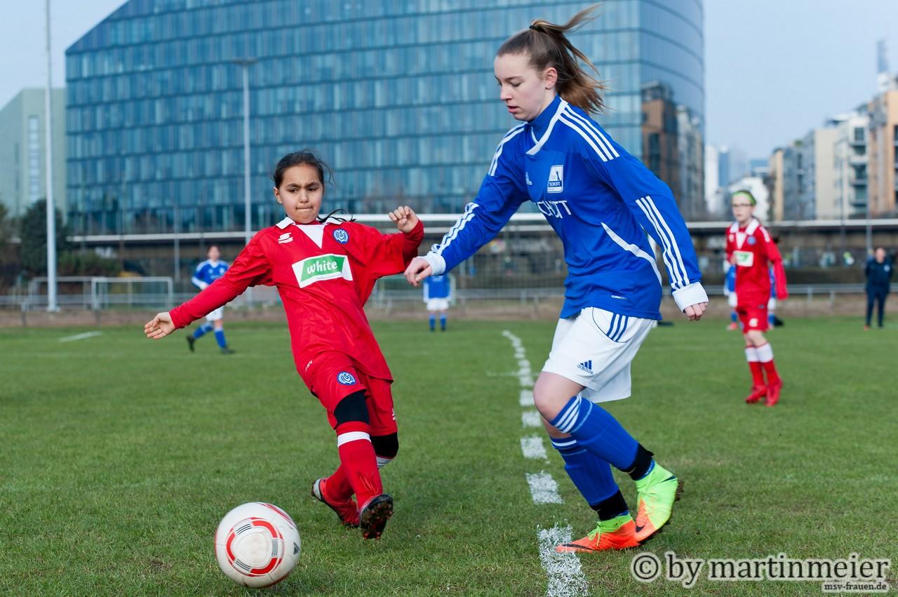 Sportplatz mit Aussicht - Yagmur(MSV) vor der Frankfurter Skyline gegen den TSV Schott Mainz