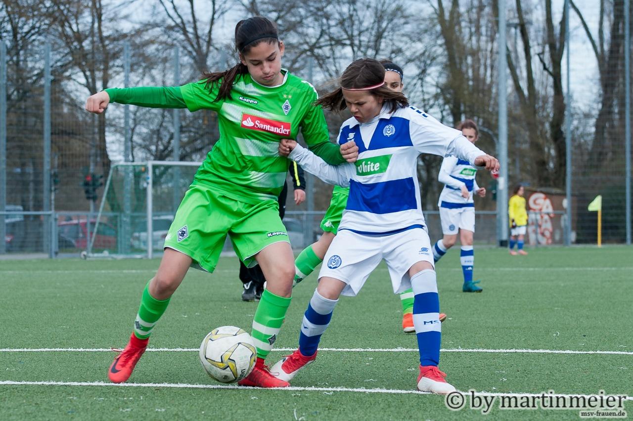 Klein aber oho - Ella(MSV) im Zweikampf mit ihrer größeren Gegenspielerin