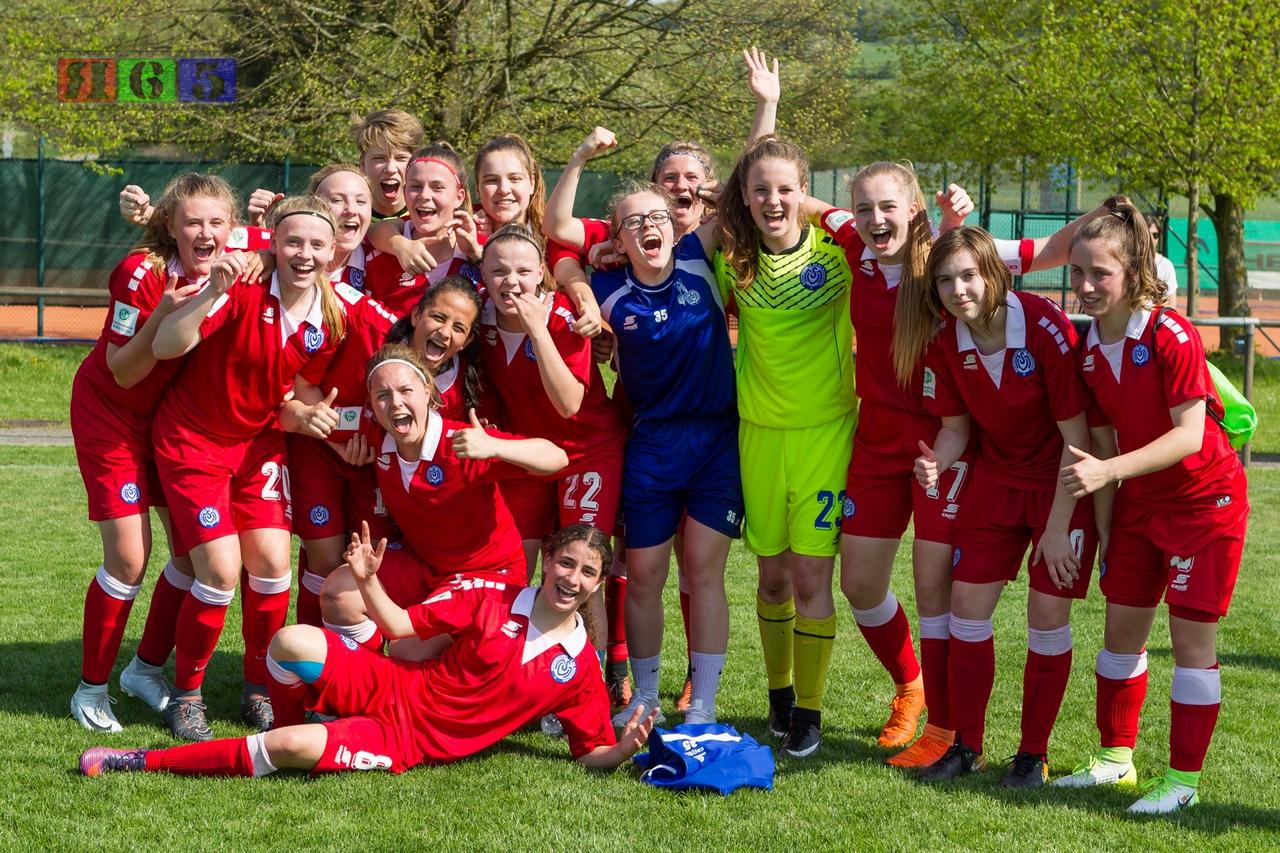 Einfach nur geil - Die MSV-Mädels feiern den 4:3 Auswärtssieg gegen den 1. FC Saarbrücken