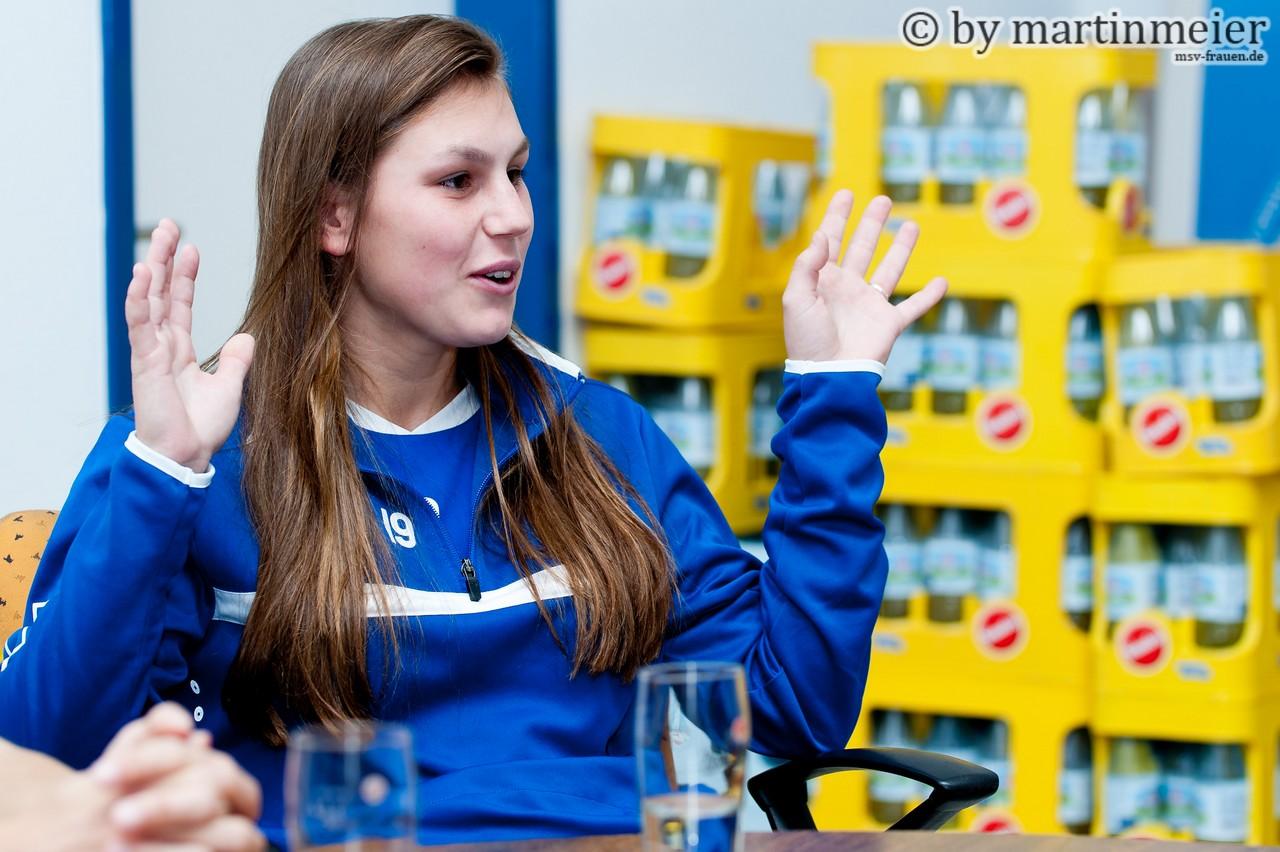 Mega Dank an die Fans - Antonia Halverkamps bedankte sich für die phänomenale Auswärtsunterstützung in Freiburg