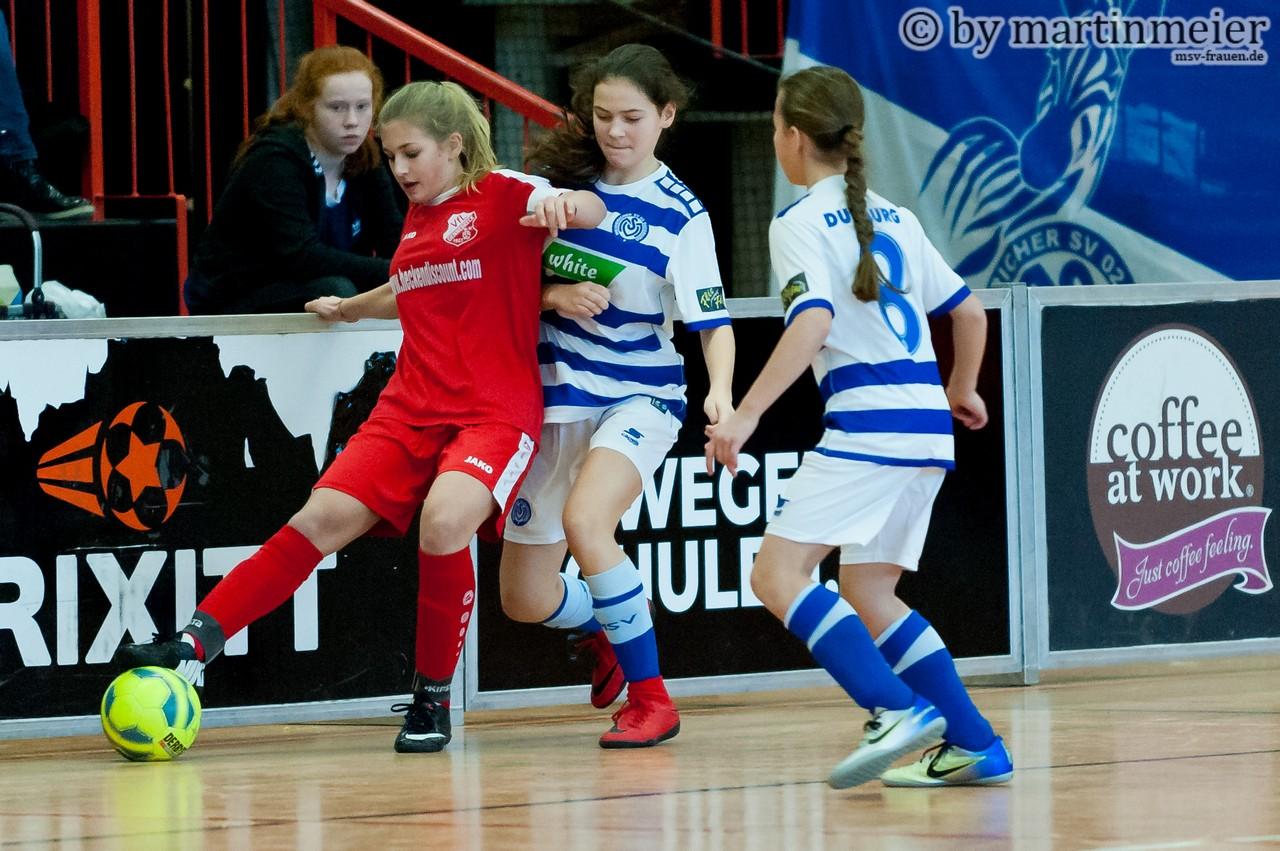 TOR MSV! - Tofrau Emily nimmt die Torschützin Melisa(beide MSV) nach dem Siegtor gegen die SpvG Schonnebeck in Empfang