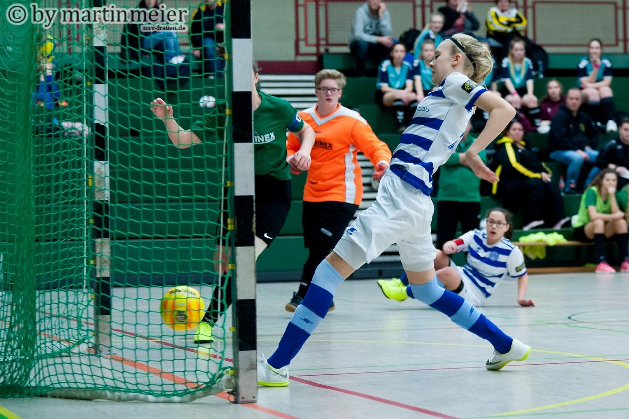 Zur Stelle - Nele Kiesewalter(MSV) drückt den Ball im Spiel gegen den FC Tannenhof zum wichtigen 2:0
