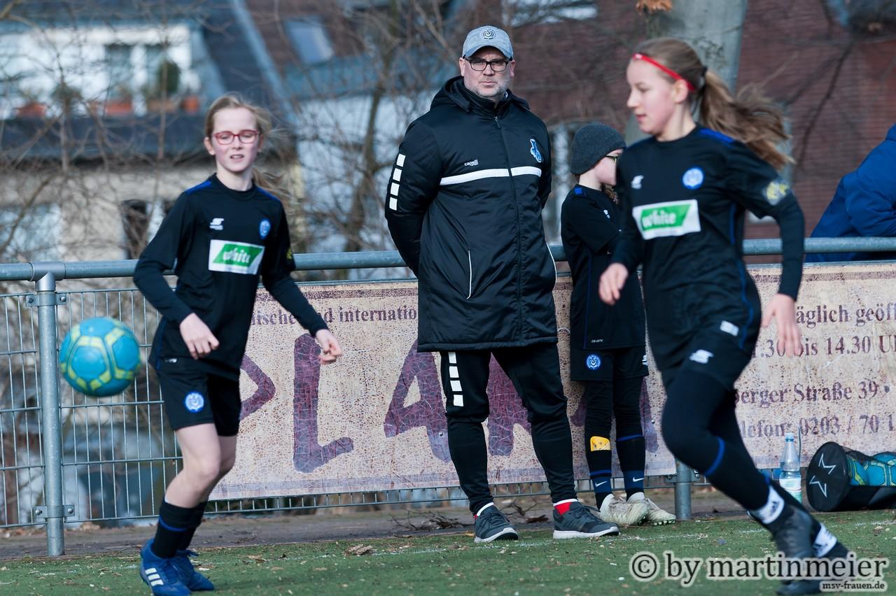 Alles im Blick - U13 Coach Michael Lohmann stellte seine Mädels gut auf die Partie ein