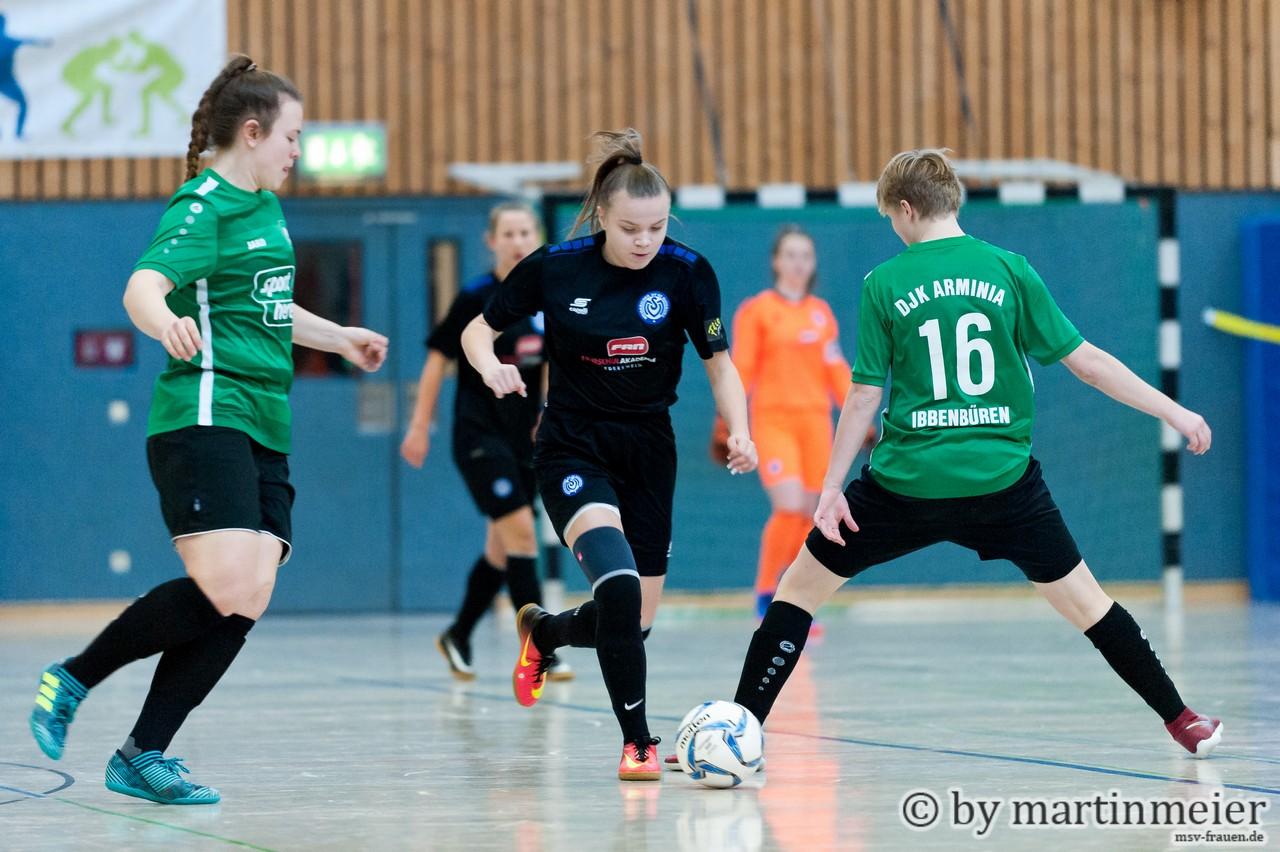 Ab durch die Mitte - Die Regionalligisten aus Ibbenbüren und Duisburg -in diesem Fall Jenny Aranowski- lieferten sich einen prima Schlagabtausch