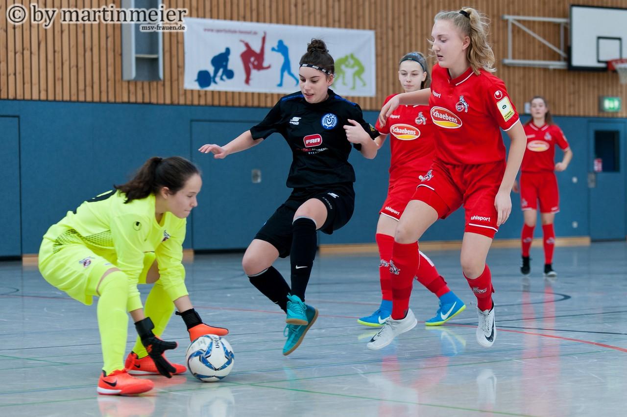 Es hat nicht sollen sein - Melina Agca(MSV) kommt gegen die FC Keeperin einen Schritt zu spät