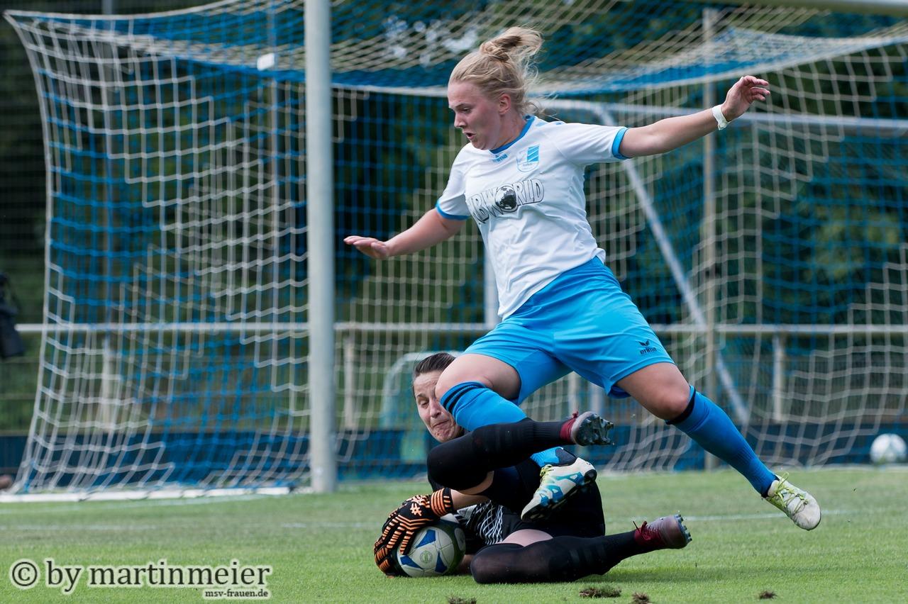 ZUGRIFF! - Caro Härling (MSV) entschärft die Situation