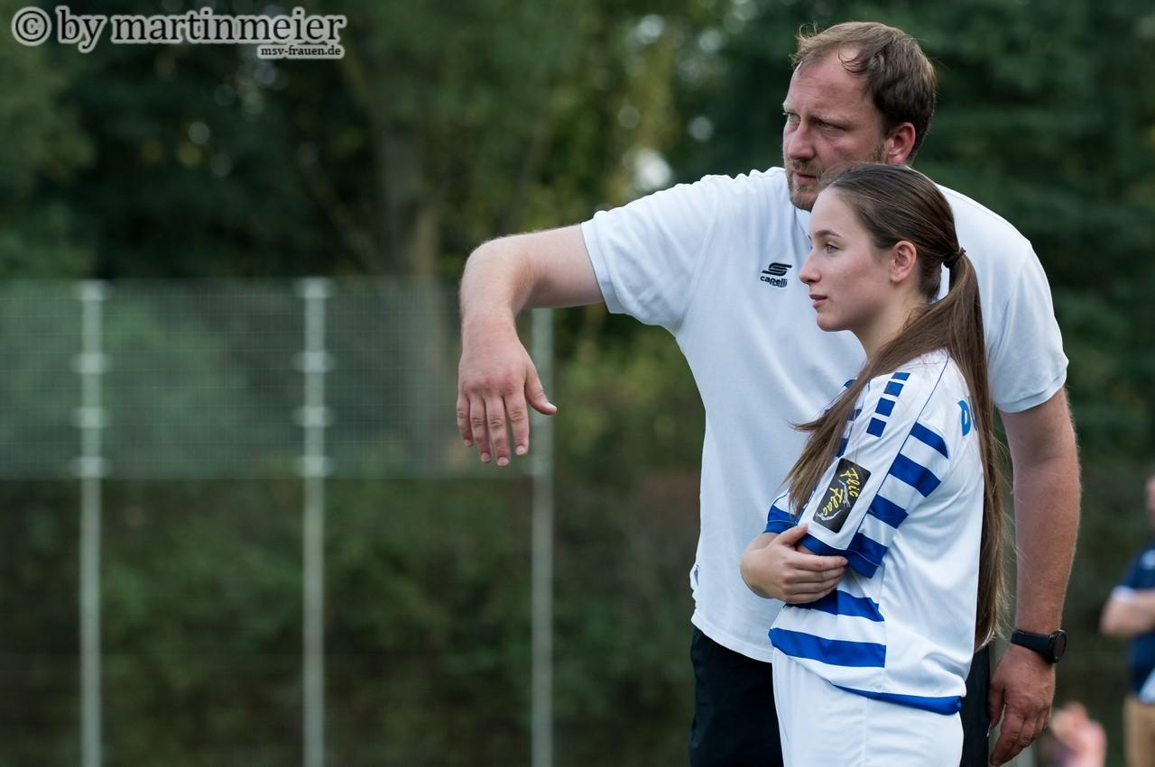 Das Ziel im Blick - Zebra-Coach Sascha Beck arbeitet mit den jungen Spielerinnen wie MSV U17 Zugang Melisa Esen