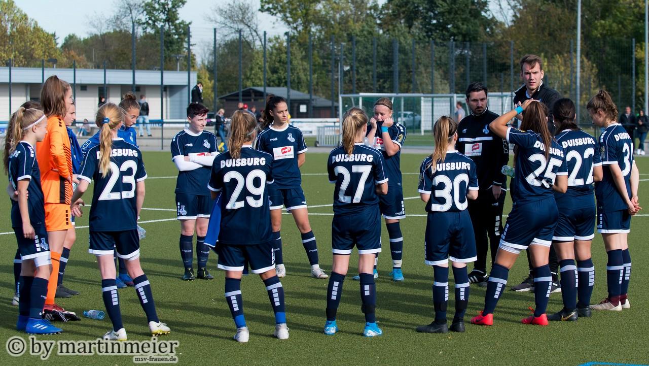 Lagebesprechung - Chefcoach Niklas Seeger bei der Spielanalyse mit seinen Mädels