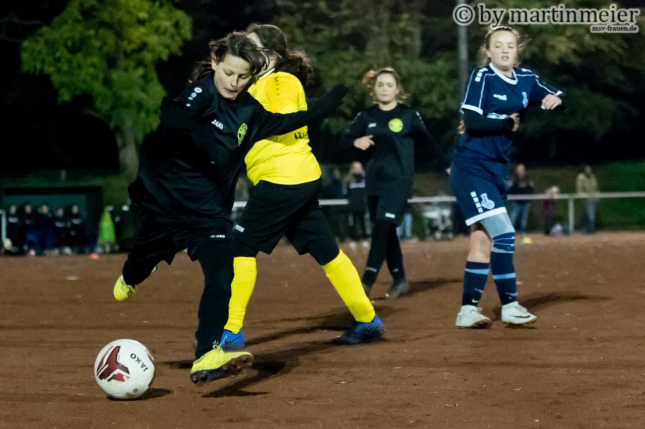 Auf und davon - Luisa(MSV) macht sich mit dem Ball auf den Weg