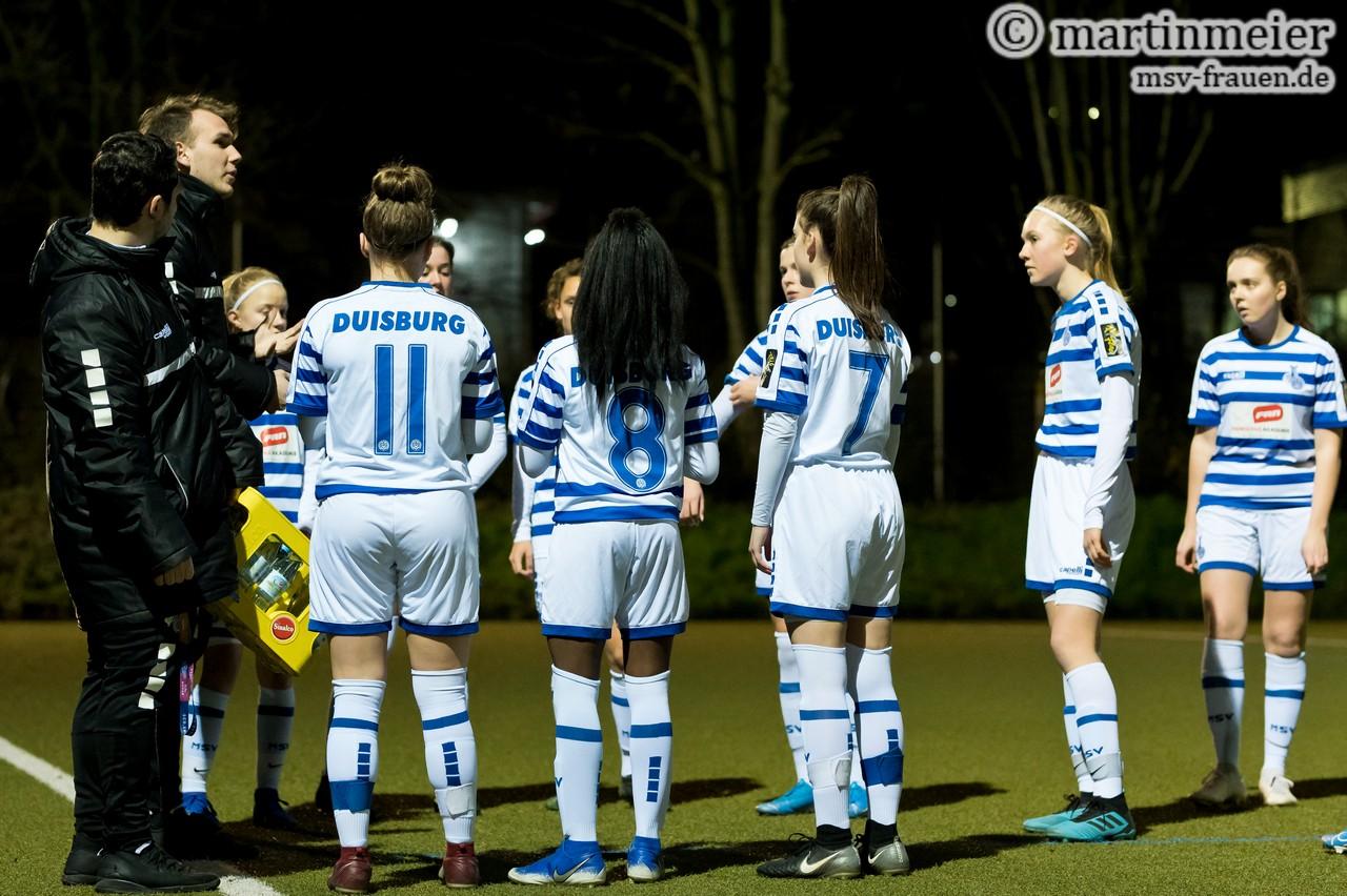 Besprechungspause - MSV-Chefcoach Niklas Seeger gibt kleinere Anweisungen